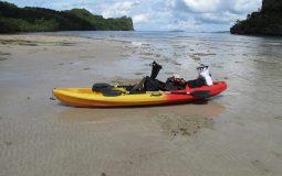Kayak auf Sandstrand am Meer