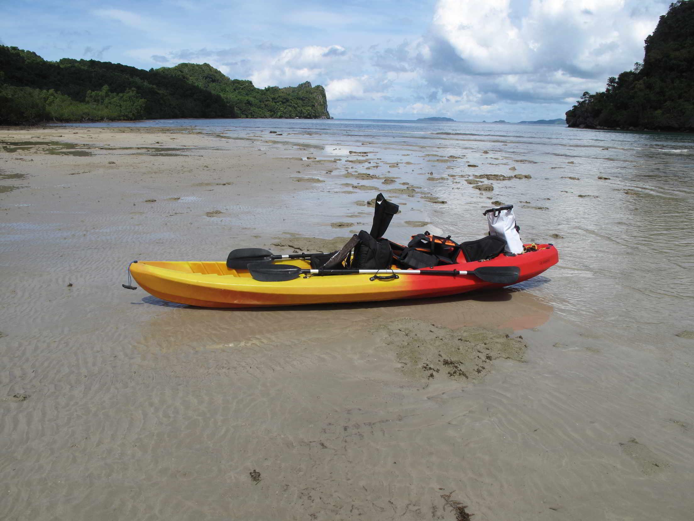 Kayakangeln auf Sandstrand am Meer