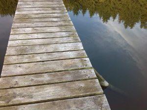 Holzsteg auf Wasser