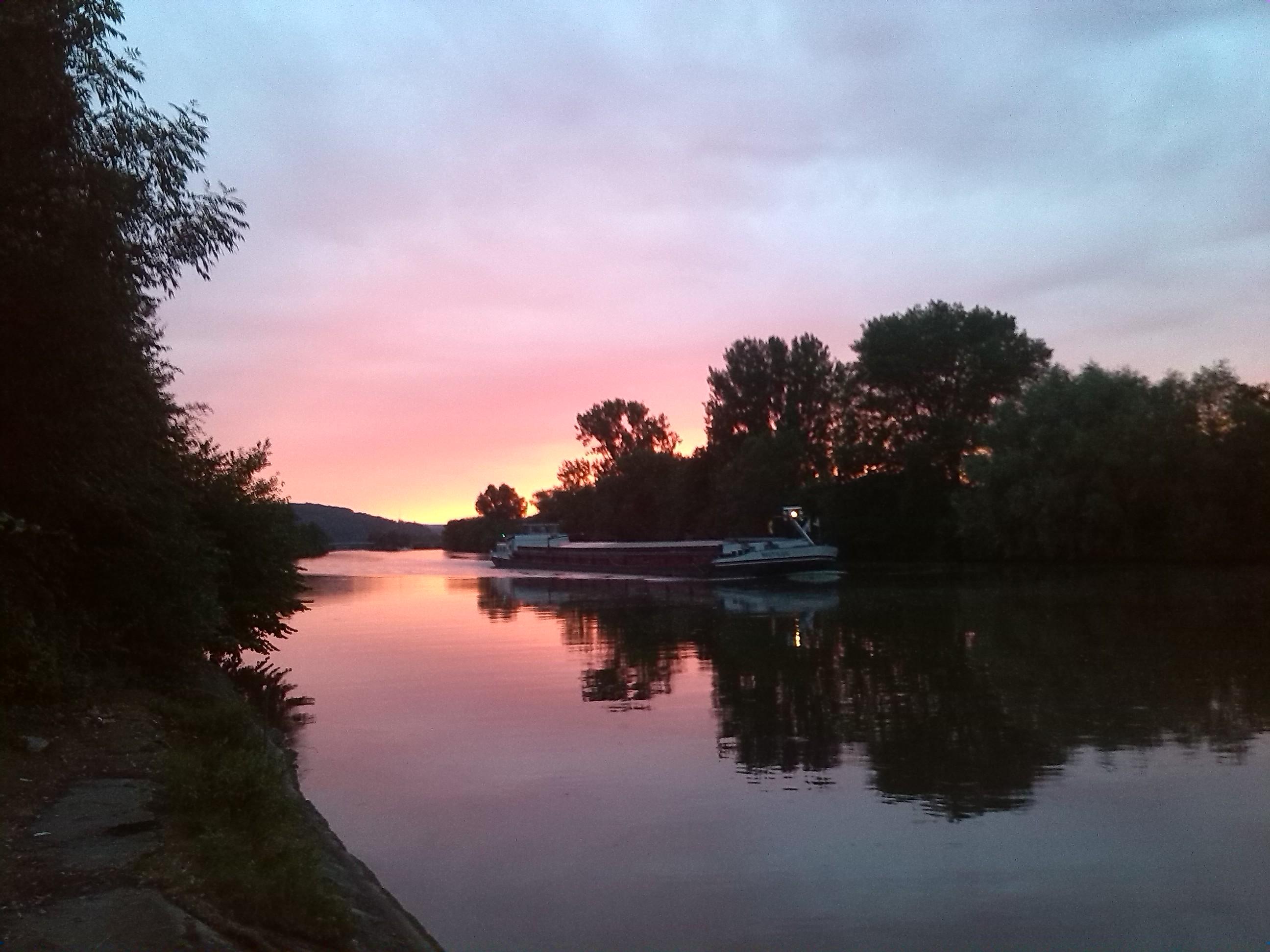 Neckar abends an guter Angelstelle mit Boot